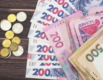 ukrainian-money-on-a-wooden-background-200-500-hryvnia-and-coins-financial-concept_357889-105